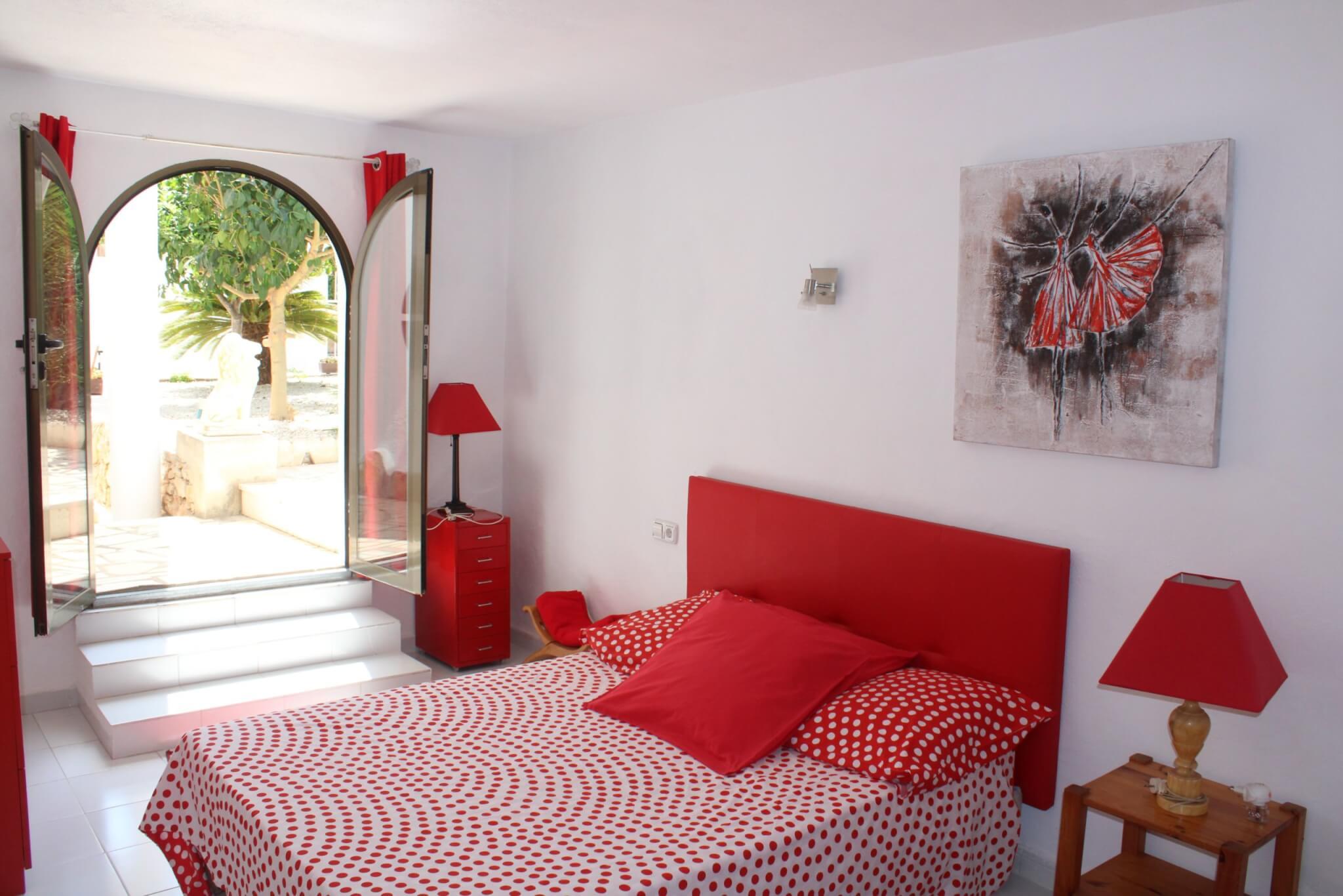 Chambre avec un lit double et un lit simple